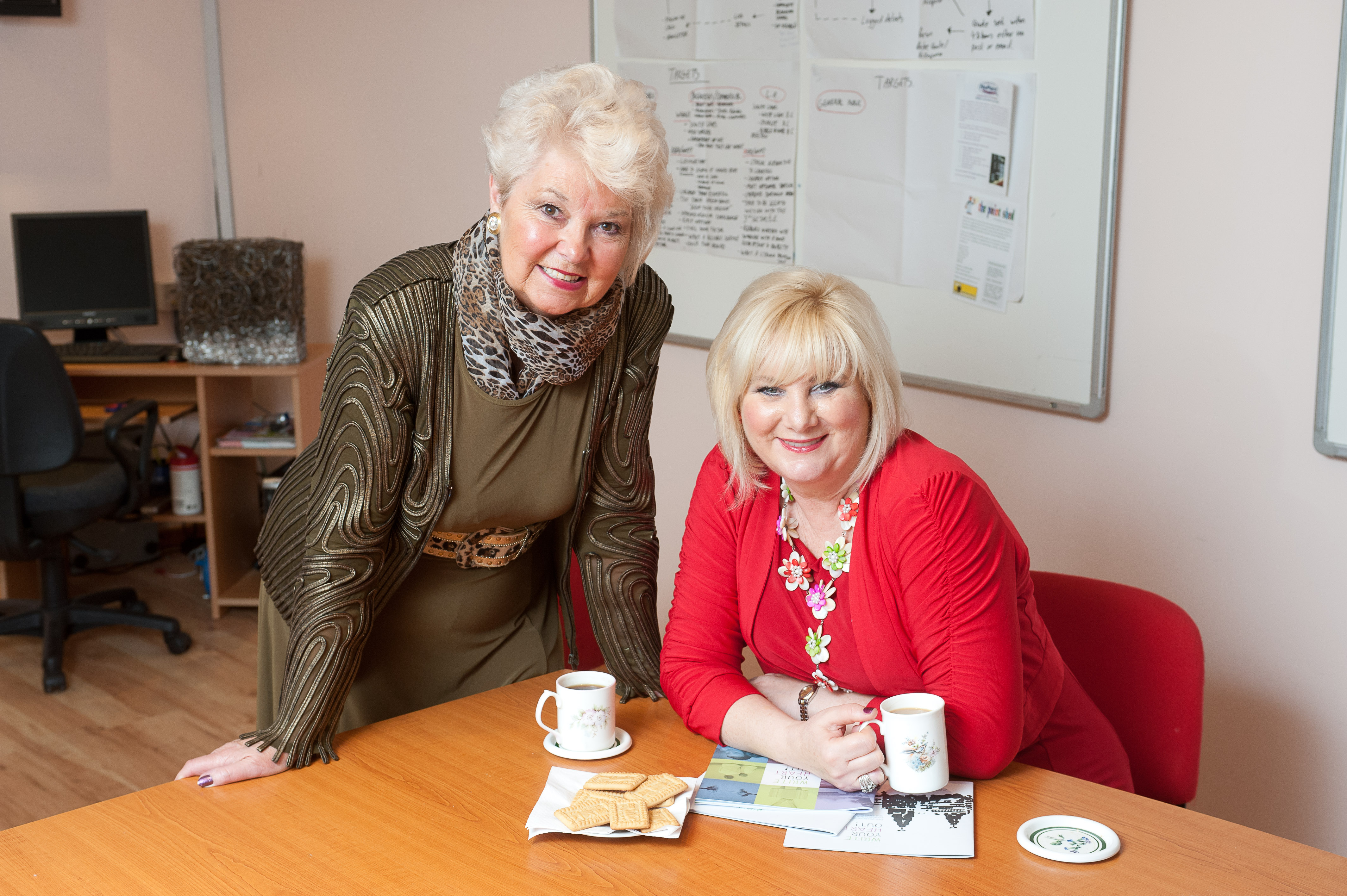 © Mike Poloway/UNP. 01274 412222. Maureen Fazal and Paula Gamester (in red).  Skelmersdale, 23 Oct 2012.
